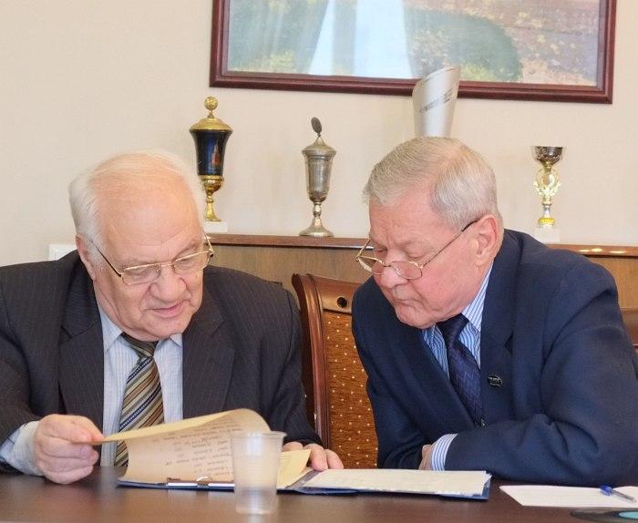В.Фейертаг и А.Василевский изучают материалы конференции