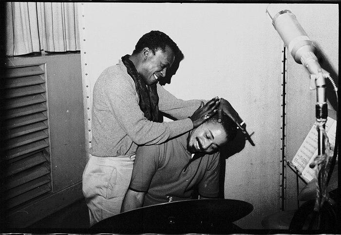Майлс дурачится с Джимми Коббом в студии во время записи альбома «Sketches of Spain». Кобба не фотографировали во время записи пластинки «Kind of Blue».