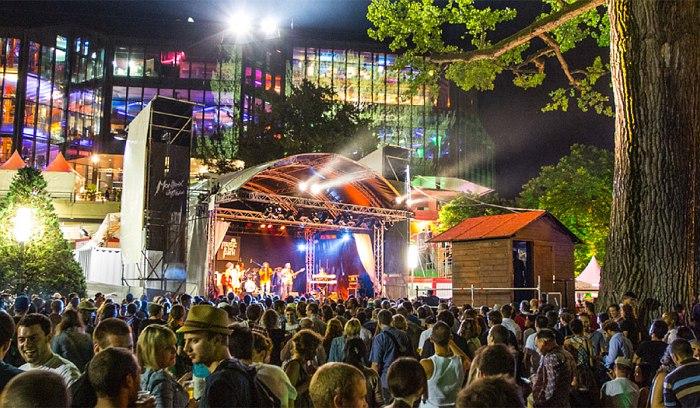 Одна из бесплатных сцен Montreux Jazz Festival
