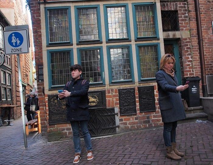 Участники стенда делают селфи на фоне ресторана Spitzen Gebel в здании 1400 года постройки