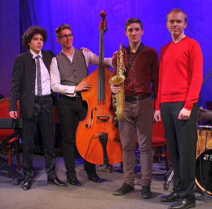 Денис Юрченко (второй справа)
