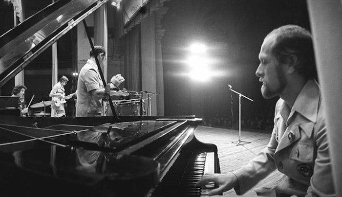 Давид Голощёкин (справа) на сцене ДК имени Ф.Э.Дзержинского 21 декабря 1978 г. (фото © Павел Маркин)
