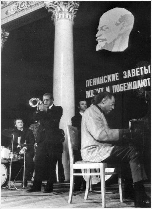Джем в Ленинграде. Давид Голощёкин на флюгельгорне, Дюк Эллингтон на рояле. Фото © Феликс Соловьёв, 1971