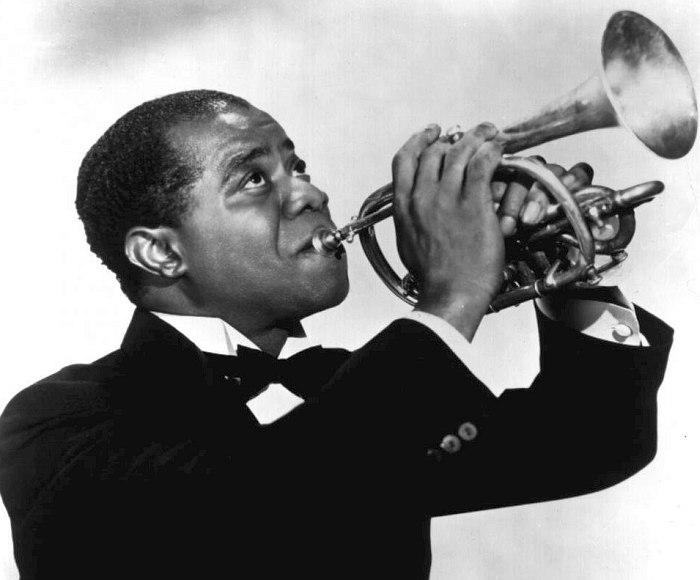 Одно из первых промо-фото Армстронга, середина 1920-х: он запечатлён ещё не с трубой, а с более архаичным корнетом