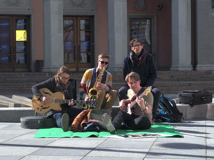 Студенты Таллинской музыкальной академии на улицах эстонской столицы - часть программы фестиваля Jazzkaar
