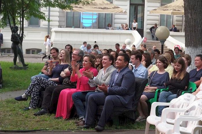 Первый ряд зрителей (Ольга Скепнер и Игорь Иванушкин) приветствует выход хэдлайнера казанского фестиваля Аркадия Шилклопера.
