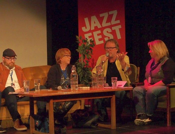 «But is this jazz?» Справа - модератор Кристине Штефан, говорит бывший глава джазовой программы Тронхеймского университета и нынешний руководитель Срединно-Норвежского джаз-центра Эрлинг Аксдаль