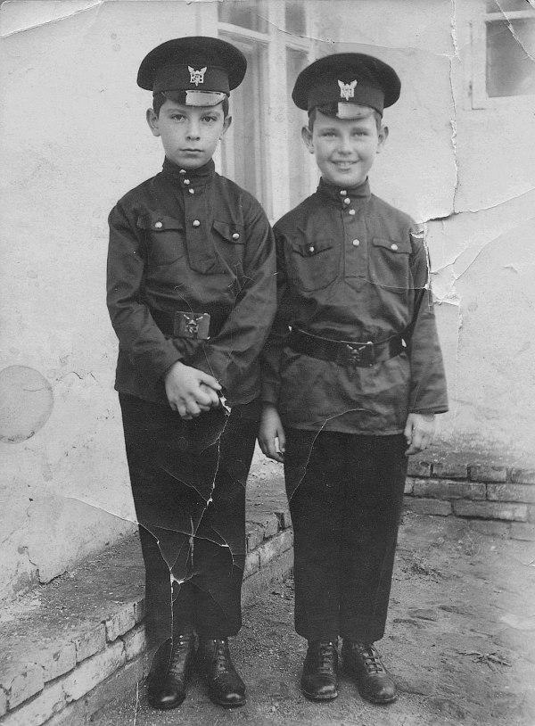 Братья Лундстрем в 1925 г. При разнице в возрасте всего в один год видно, как различны их характеры. Углублённый в себя, серьёзный Олег — и улыбчивый, лёгкий и контактный младший брат Игорь.