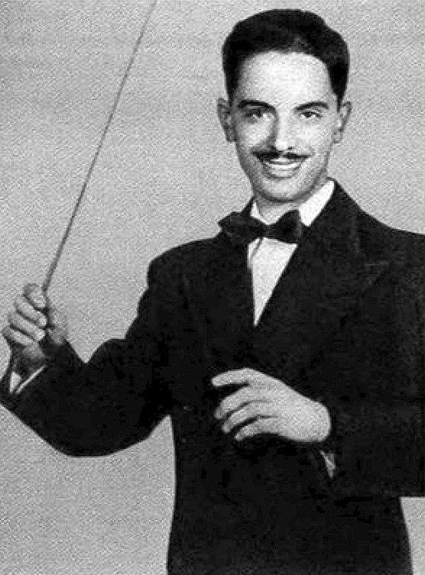 Дирижёрская палочка — фирменная примета Олега Лундстрема, ставшая частью имиджа оркестра.