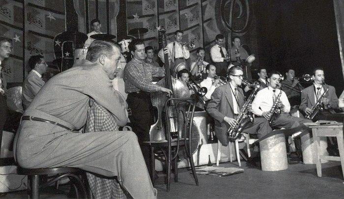 Стэн Кентон на фоне своего оркестра во время репетиции. Фото 1948 года.