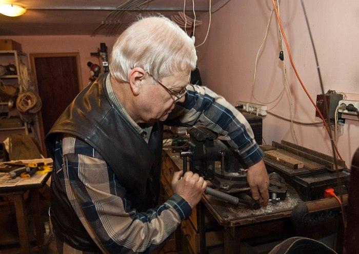 Герман Лукьянов в своей мастерской, 2011 (фото: Павел Корбут)