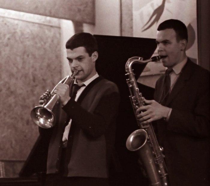 Герман Лукьянов (слева) на джеме в клубе «Синяя Птица», справа саксофонист Игорь Высоцкий (фото: Михаил Кулль, 1965)