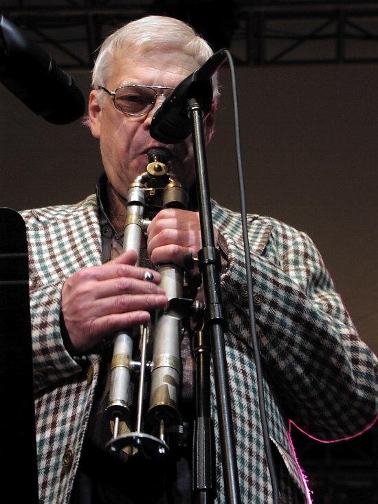 Герман Лукьянов с двуствольной цуг-флейтой на сцене Фестиваля им. Лайонела Хэмптона в США, 2005 (фото: Кирилл Мошков)