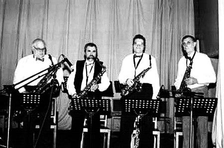 Ветераны оркестра «Ритм», справа Лев Бекасов. 1997
