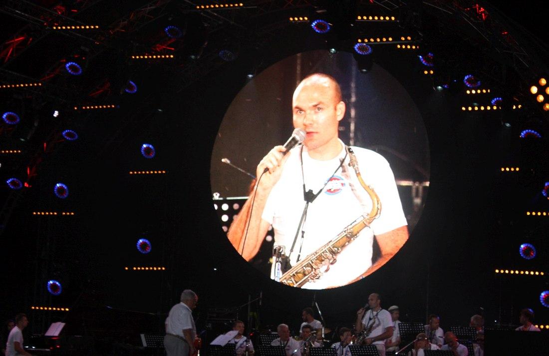 Биг-бэнд Тульской филармонии, на видеоэкране его лидер Сергей Головня