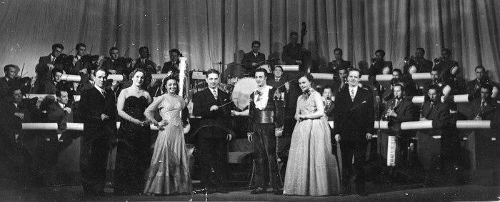 Участники в финале концерта на сцене Татарского драмтеатра имени В.Качалова. 1955-56 год