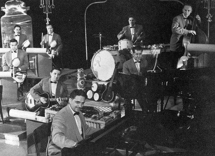Исполнение «Интерлюдии» на концерте. На первом плане О.Лундстрем — ф-но, за ним О. Осипов — гитара, слева А. Маевский- тромбон, справа Ю. Модин — ф-но, верхний ряд И. Горбунцов и Г. Баранович — трубы, А. Гравис — к/бас, З. Хазанкин — ударные инстр