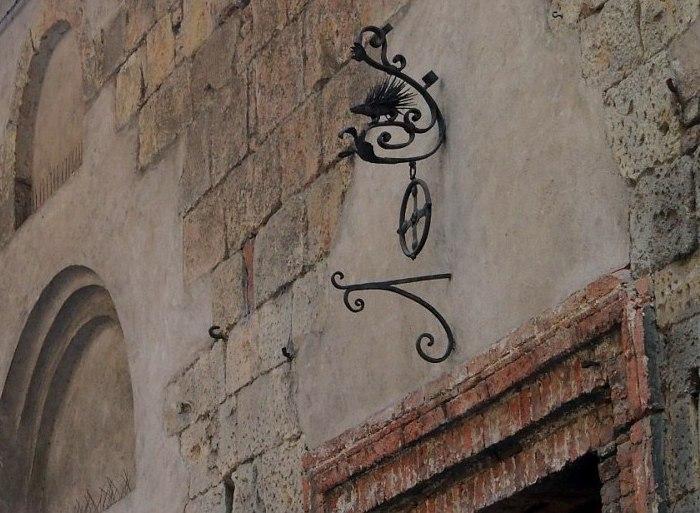 Талисман на стене домовой церкви контрады Dell'Istrice