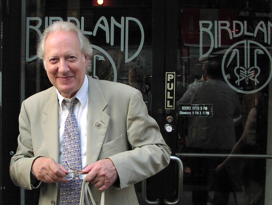 Дан Моргенстерн у дверей прославленного клуба Birdland в Нью-Йорке (фото: Кирилл Мошков, 2001)