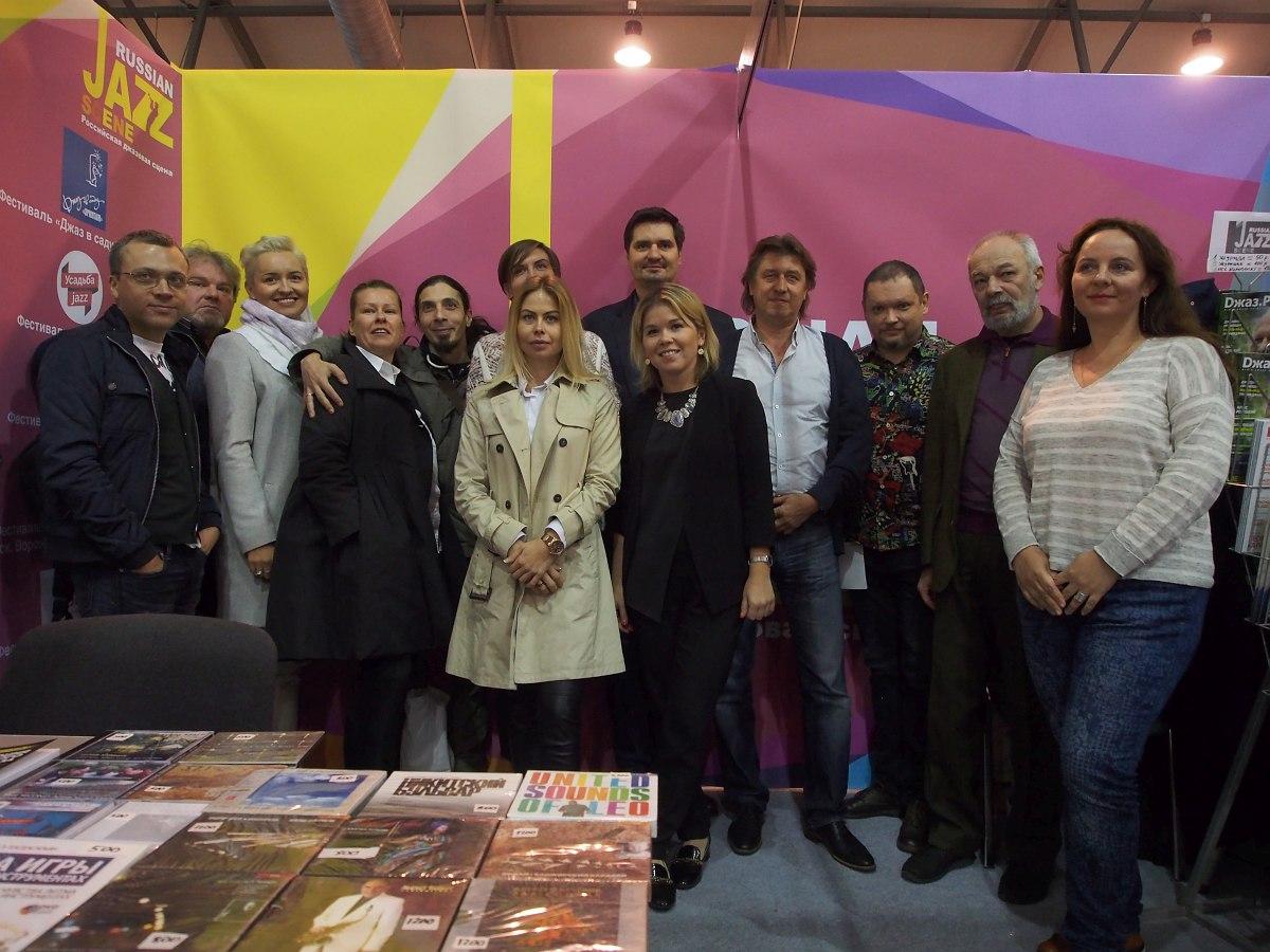 Участники и гости «Джазового форума» на стенде «Российская джазовая сцена»