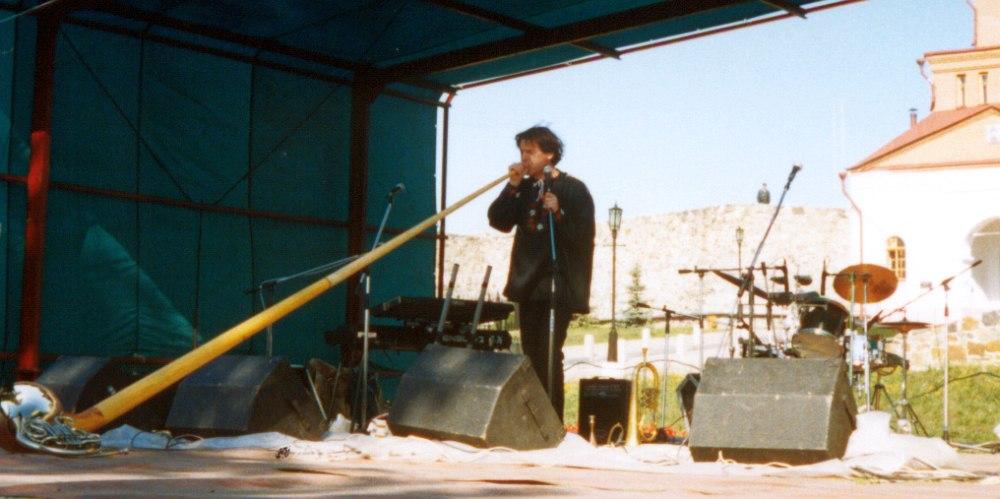 Аркадий Шилклопер с альпийским рогом на фестивале «Сибирская ассамблея», Новокузнецк, 1999 (фото © Кирилл Мошков, «Джаз.Ру»)