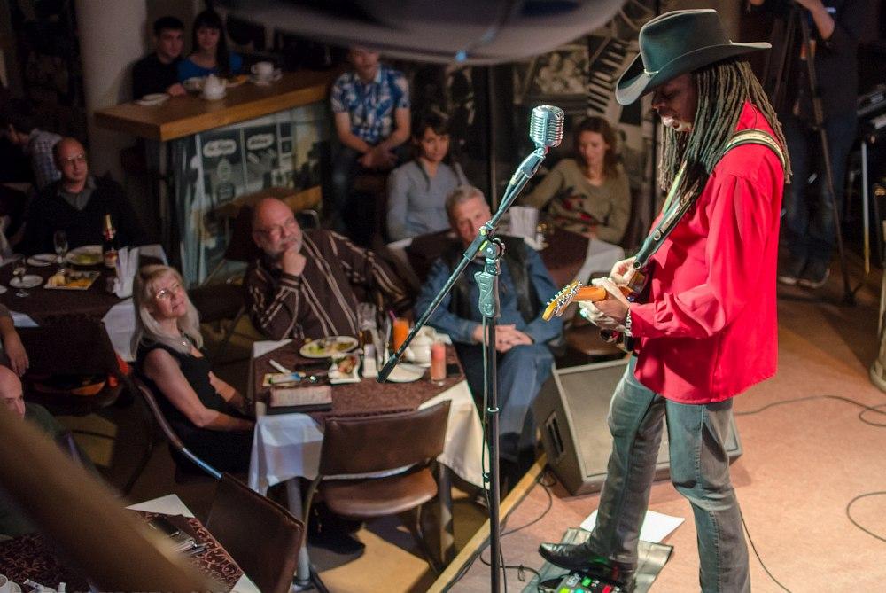 Гитарист Ларри Митчелл на сцене Уфимского джаз-клуба