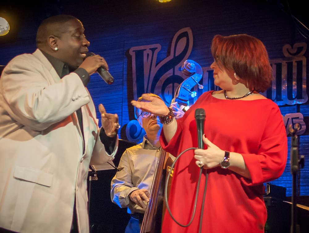 На сцене Уфимского джаз-клубе - вокалисты Глинис Мартин и Ирина Остин