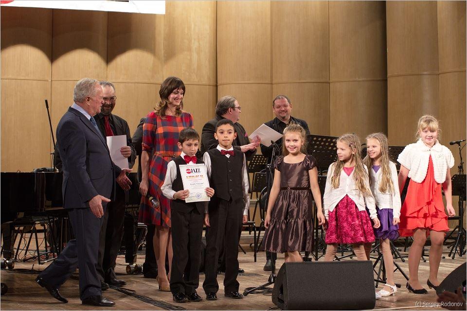 Члены жюри конкурса и участники Funny Band из Санкт-Петербурга (всем по девять лет!)