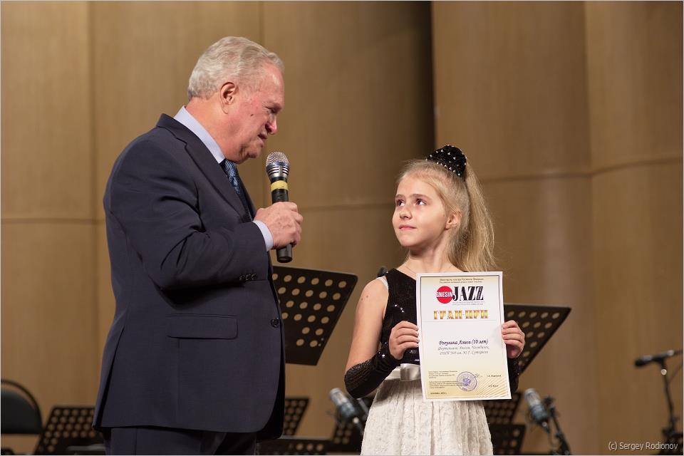 Председатель жюри конкурса Анатолий Кролл и лауреат Гран-При пианистка Алиса Рогулина