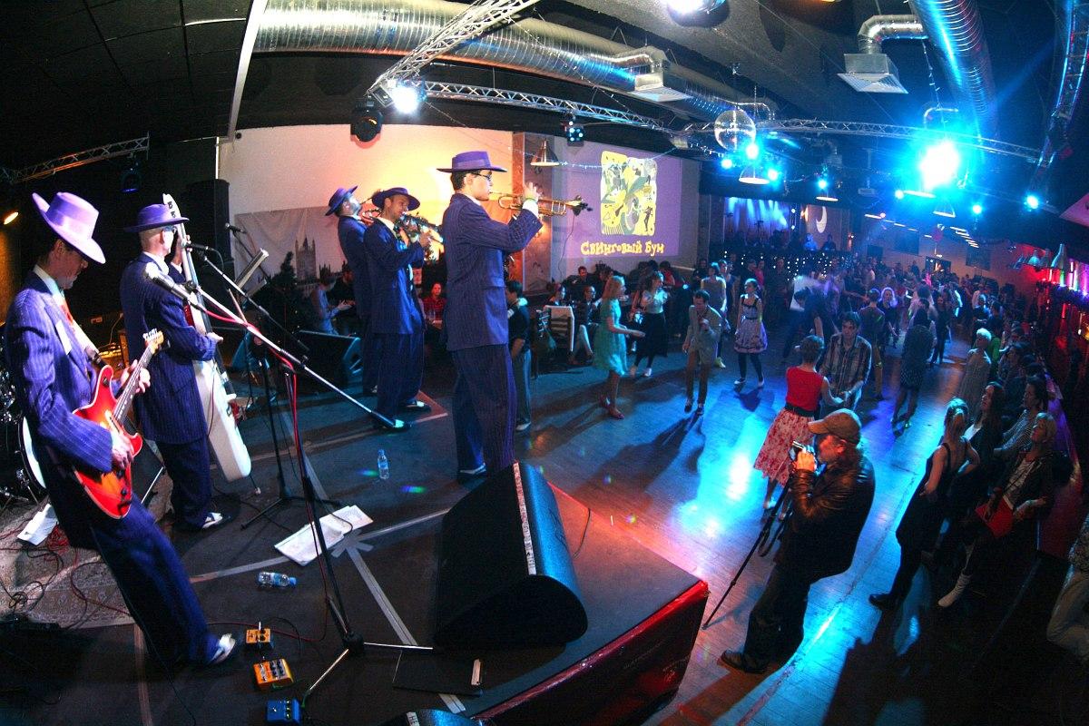 «Пижоны» на сцене «Гластонберри-паб» в ходе фестиваля «Свинговый Бум»
