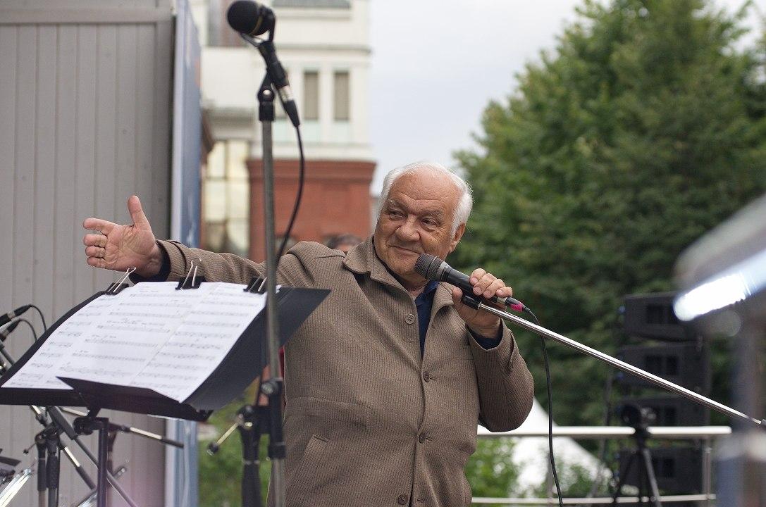 Владимир Фейертаг ведёт фестиваль «Джаз в саду Эрмитаж», Москва, август 2016