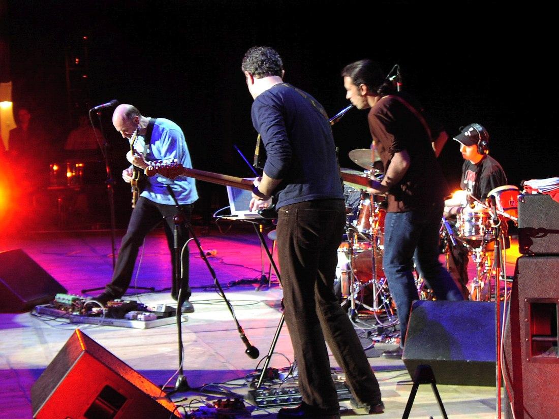 Джон Скофилд и Uberjam Band на сцене ГЦКЗ «Россия», май 2003 (фото © Кирилл Мошков, «Джаз.Ру»)