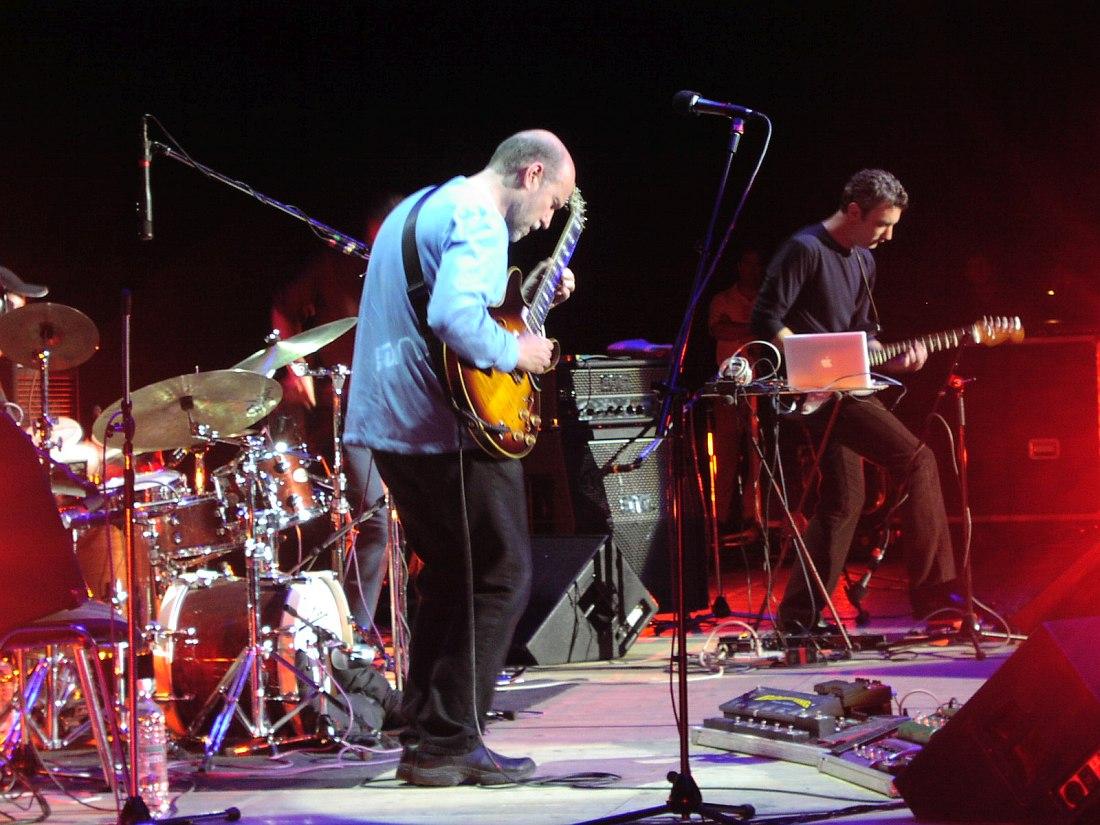 Джон Скофилд (справа гитарист Ави Бортник) на сцене ГЦКЗ «Россия», май 2003 (фото © Кирилл Мошков, «Джаз.Ру»)