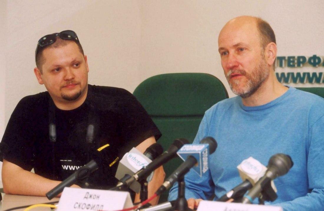 Пресс-конференция Скофилда в «Интерфаксе», 27 мая 2003 (слева редактор «Джаз.Ру» Кирилл Мошков, выступавший в роли переводчика). Фото © Александр Забрин
