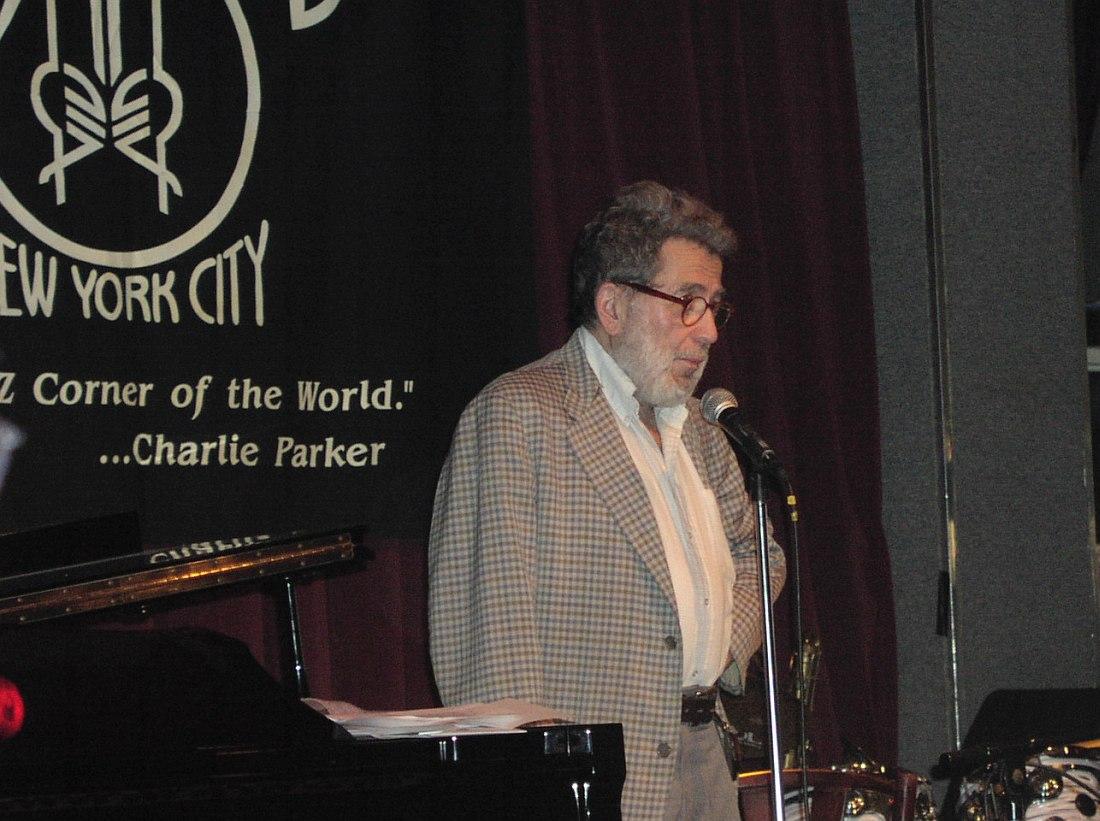 Нат Хентофф на сцене клуба Birdland в Нью-Йорке во время церемонии вручения премии Jazz Awards, лето 2001 (фото © Кирилл Мошков, «Джаз.Ру»)