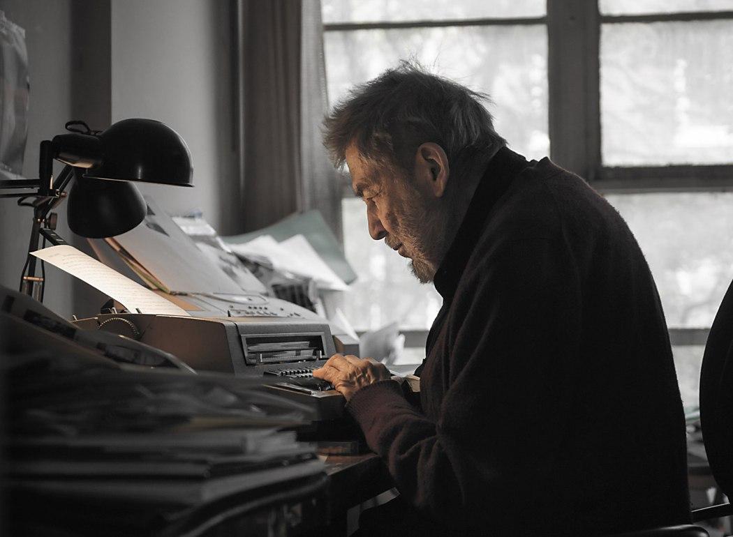 Нат Хентофф в своём кабинете в нью-йоркском районе Гринвич-Вилледж, 2010 (фото © David L. Lewis/First Run Features)