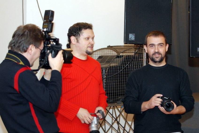 Пётр Ганнушкин (справа) и главный редактор «Джаз.Ру» Кирилл Мошков на открытии выставки «Музыкант и его место v. 2», ноябрь 2007 (фото: Павел Корбут)