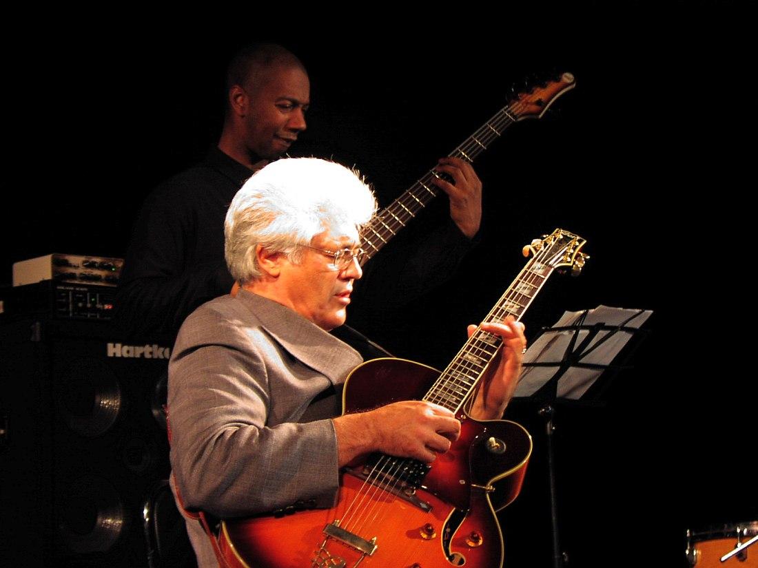 Ларри Кориелл в московском «Ле Клубе», 2004, с басистом Грегори Джонсом (фото © Кирилл Мошков, «Джаз.Ру»)