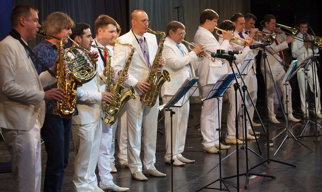 Аркадий Шилклопер (второй слева) с музыкантами Оркестра Георгия Гараняна