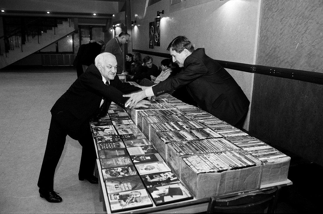 В.Б. Фейертаг и И.В. Гаврилов меряются силушкой (фото © Павел Корбут, 2005)