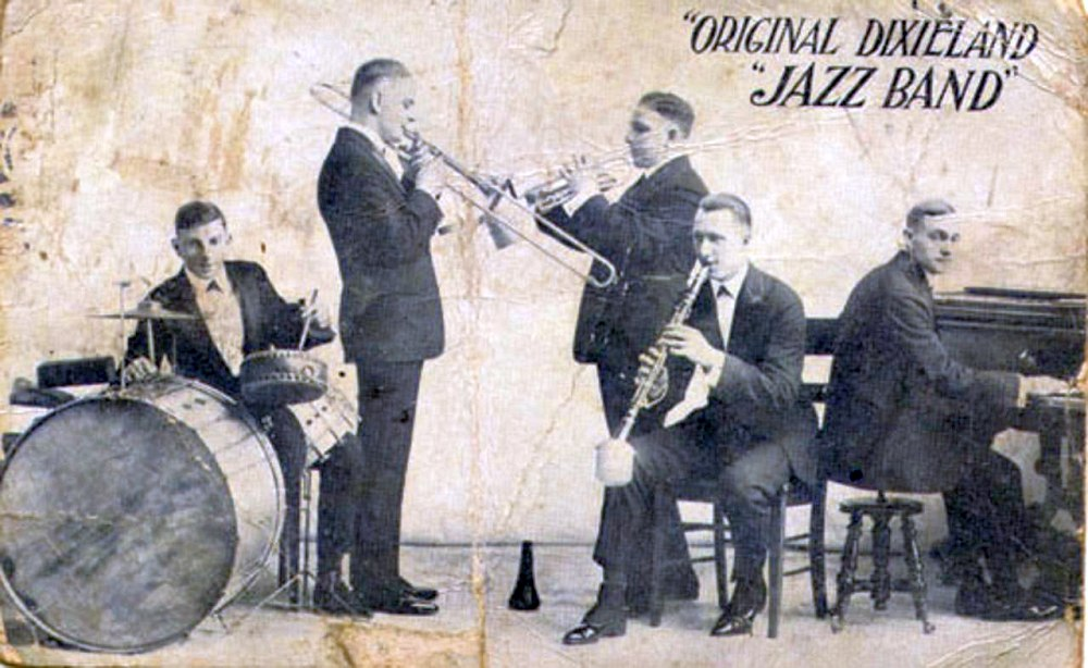 1918, рекламная открытка Original Dixieland Jazz Band: слева направо - Tony Sbarbaro, Daddy Edwards, Nick LaRocca, Larry Shields, Henry Ragas