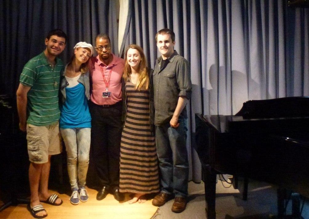 Том Баскетт в центре, слева от него — автор текста