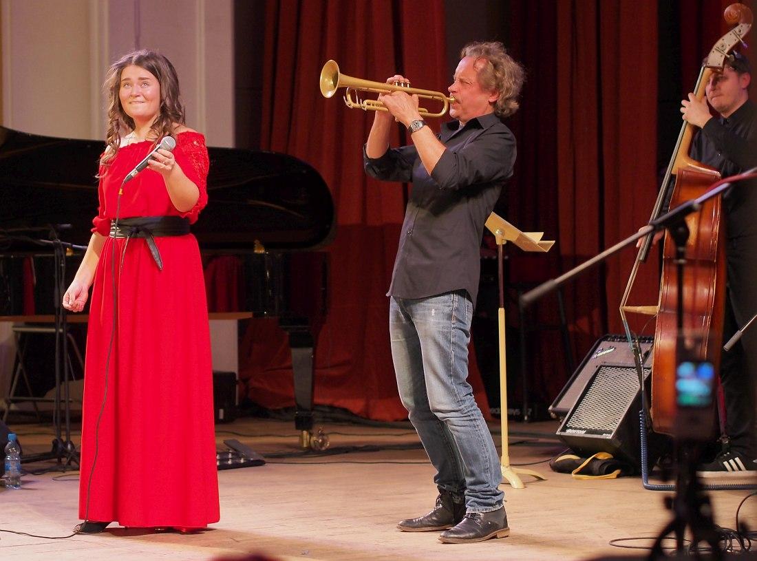 Знаменитый земляк — трубач Алекс Сипягин — поощрил молодую вокалистку, исполнив с ней один номер.