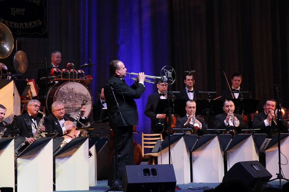 В центре с трубой - руководитель оркестра Юрай Бартош
