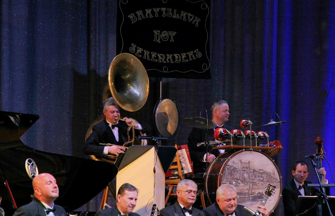Ритм-секция: геликон (духовой бас) и trap drum - предшественник современной ударной установки