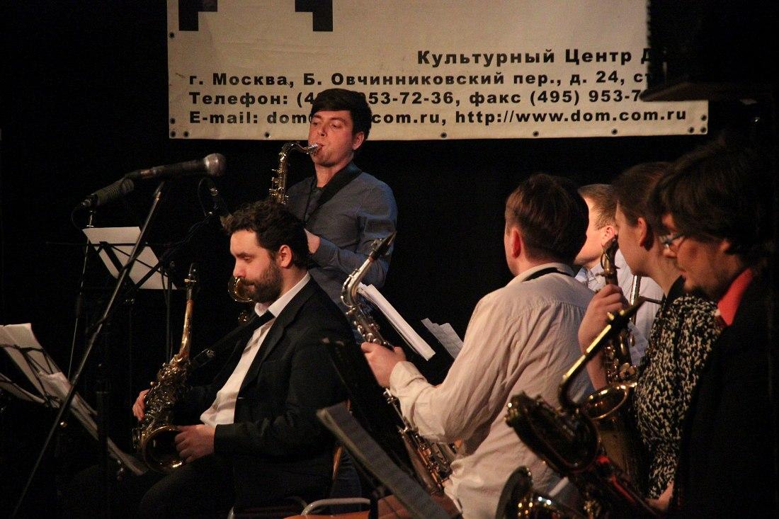Солирует Анатолий Осипов (тенор-саксофон)