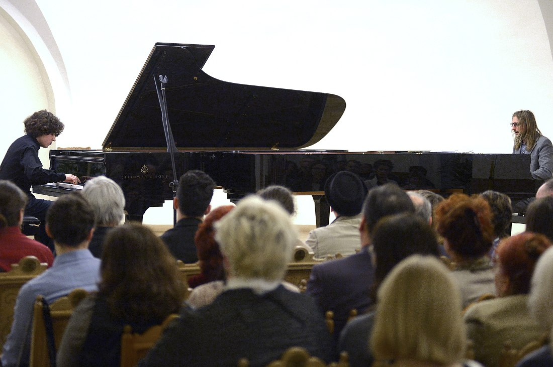 Справа — Можджер, слева — Михаил Марышев, ученик музыкальной школы при консерватории, который уже выступает со свои ансамблем в Филармонии джазовой музыки.