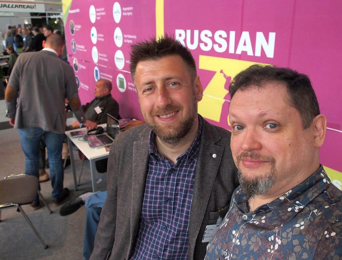 Кирилл Мошков (справа) на российском стенде со Стефано Дзуккьятти, пресс-атташе Европейской джазовой сети — организации, объединяющей национальные джазовые федерации, фестивали, клубы и других организаторов джазовой жизни.