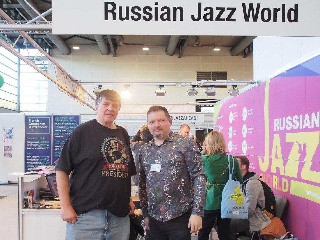 В гостях у нашего стенда глава фьюжн-лейбла Moonjune Records Леонардо Павкович (справа главный редактор «Джаз.Ру» Кирилл Мошков)