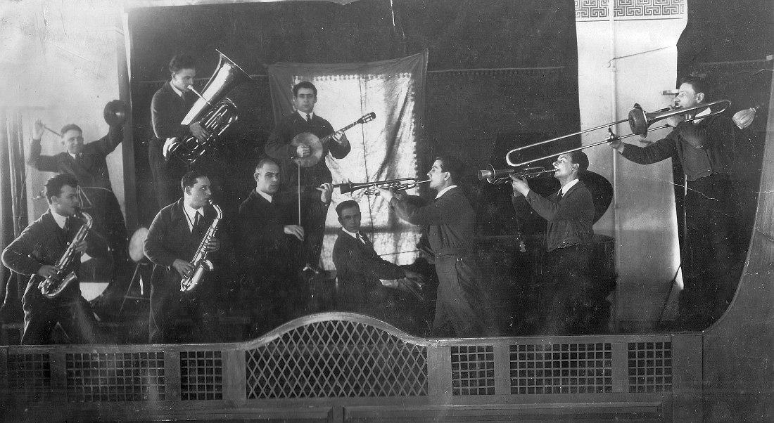 Джаз-оркестр Анатолия Хайкина, 1930-е гг. Руководитель оркестра — третий слева в переднем ряду (со скрипкой)